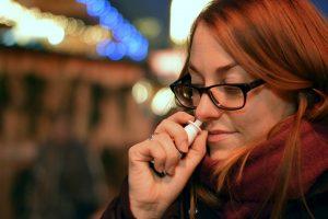 Spezielle Nasensprays können bei Allergien helfen.