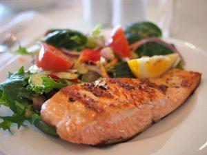 Lachs gehört zu den Lebensmittel die die Darmflora fördern.