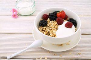 Joghurt mit Haferflocken und Himbeeren fördert die Darmtätigkeit und einen gesunden Darm.