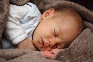 Neurodermitis zeigt sich bei Baby häufig zunächst an Scheitel und Wangen in Verbindung mit Milchschorf.