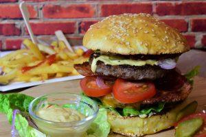 Fast-Food kann zu Entzündungen im Darm führen und macht so Allergien wahrscheinlicher.