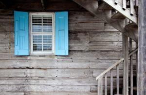 Häufig gelangen Pollen über Fenster in den Wohnraum.