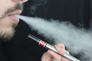 Auch bei E-Zigaretten und Verdampfern kann Passivrauchen Asthma begünstigen.