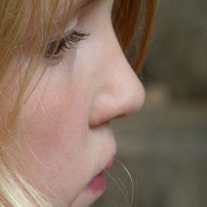 Bei Erkältungen und Heuschnupfen können Nasenduschen helfen.