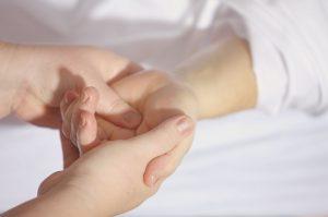 Rissige Haut kann die Bildung von Allergien fördern.
