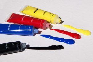 Acryl wird unter anderem in Farben als Bindemittel verwendet und kann zu einer Acrylallergie führen.
