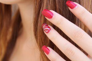 Auch Trägerinnen von künstlichen Fingernägeln können von einer Acrylallergie betroffen sein.