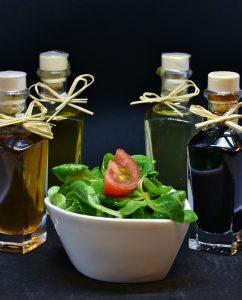 Essig wird gern zum Würzen von Salaten benutzt
