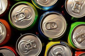 Eine Aluminium-Allergie kann unter anderem durch Getränkedosen ausgelöst werden.
