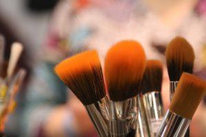 Bei einer Kosmetik-Allergie können verschiedene Inhaltsstoffe zu allergischen Beschwerden führen.