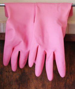 Bei einer Thiuram-Allergie können Produkte des Alltags wie Gummihandschuhe zu Beschwerden führen.